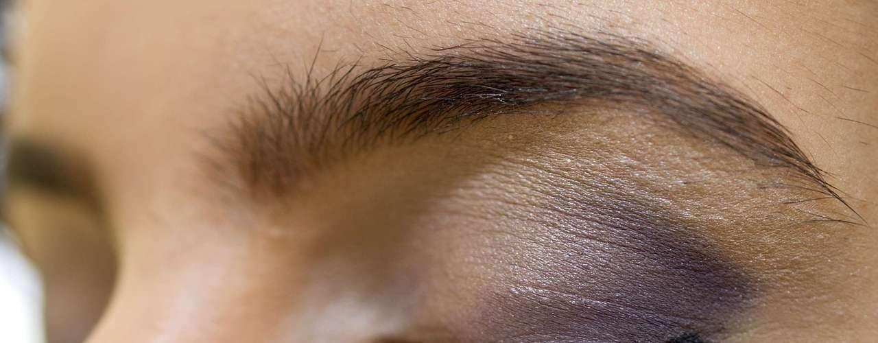 Aplique o lápis rente aos cílios superiores do canto externo até o centro dos olhos