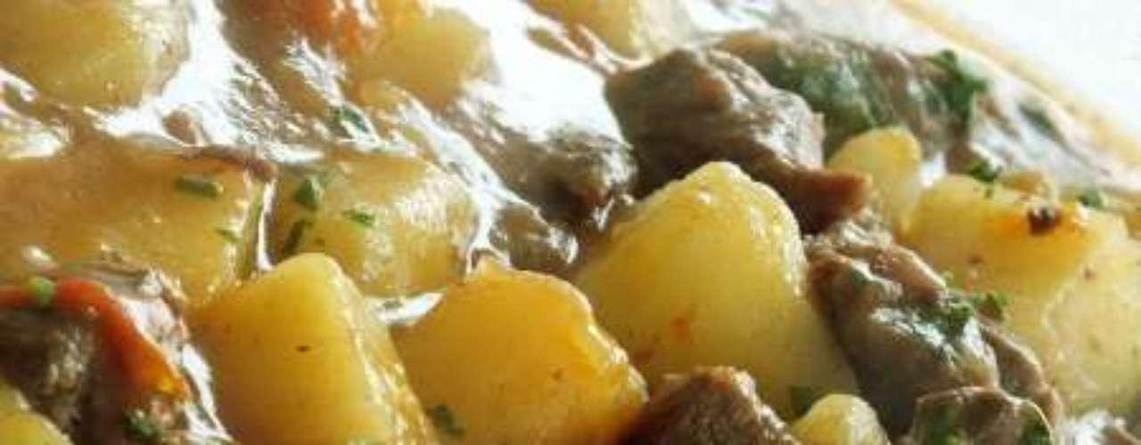 Carne de panela com batata.