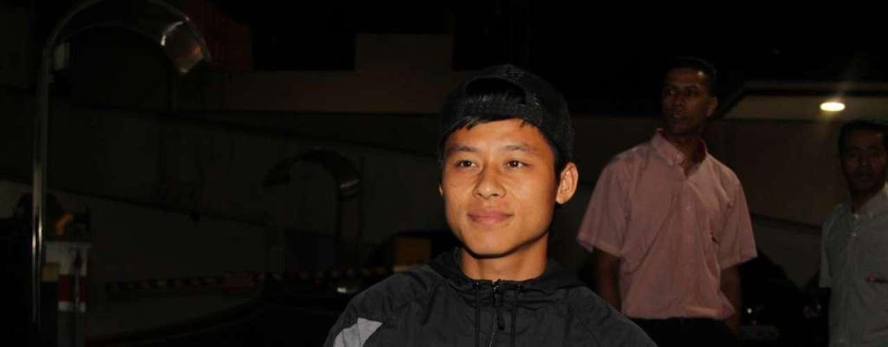 Chinês Zizao posa para foto na entrada da casa noturna