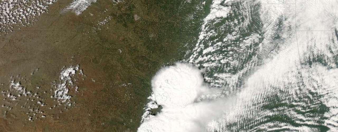 21 de maio - Um satélite em órbita no espaço registrou na segunda-feira o início do tornado que devastou a a cidade de Moore, em Oklahoma, deixando ao menos 24 mortos e dezenas de feridos. A imagem divulgada pela Nasa - a agência espacial americana - mostra o movimento do fenômeno nos Estados Unidos entre os dias 19 e 20 de maio. Esse foi o quarto tornado em 14 anos a atingir diretamente a cidade. O tornado de ontem tinha cerca de 800 metros de diâmetro e se deslocou por cerca de 32 km