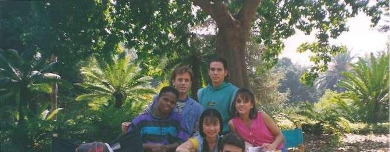 O elenco original era formado por Walter Jones (Ranger preto), David Yost (Ranger azul), Jason Frank (Ranger verde), Thuy Trang (Ranger amarela), Amy Jo Johnson (Ranger rosa) e Austin St. John (Ranger vermelho). Navegue pela galeria, veja fotos e saiba como está cada um deles atualmente!
