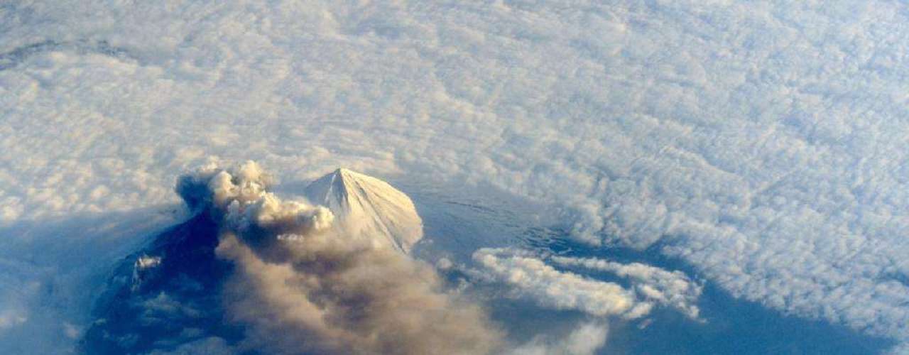 23 de maio - Astronautas a bordo da Estação Espacial Internacional (ISS, na sigla em inglês) fotografaram da órbita terrestre a nuvem de cinzas formada pela erupção do vulcão Pavlof, na Península do Alasca, de um ângulo que os satélites geralmente não conseguem captar. A imagem, divulgada nesta quinta-feira, foi registrada em 18 de maio, quando a erupção estava em seu sexto dia de atividade