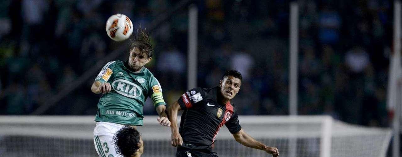 Henrique (Palmeiras) Um dos principais jogadores do elenco do Palmeiras, o zagueiro é cotado no Cruzeiro e no Grêmio; no entanto, ao que tudo indica, o torcedor palmeirense deve contar com o defensor durante a Série B do Campeonato Brasileiro