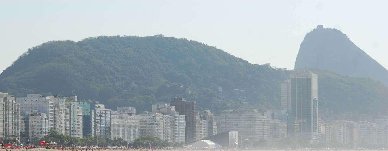 25 de maio - Muita gente aproveitou o solzinho da manhã para caminhar na beira da praia de Copacabana