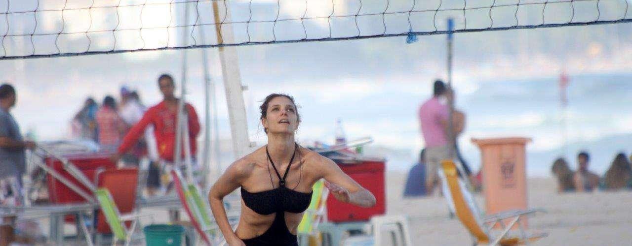 Maio 2013 -Fernanda Lima e Rodrigo Hilbert curtiram o domingo de sol com os filhos na praia do Leblon, zona sul do Rio de Janeiro. Além de jogar vôlei com o marido, a apresentadora tomou chimarrão e deu um mergulho no mar