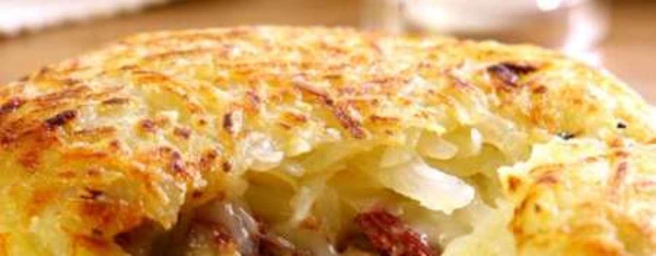 Batata com carne-seca e cream cheese.