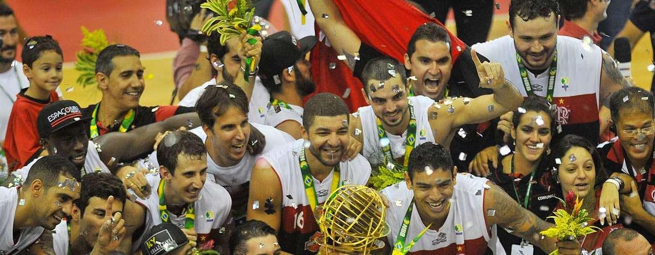 Elenco do Flamengo vibra com o troféu do NBB após triunfo sobre o Uberlândia na decisão em jogo único no Rio de Janeiro