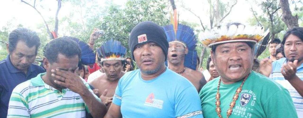 3 de junho - Corpo do índio Osiel Gabriel, morto em confronto com policiais federais e militares, é enterrado em clima de revolta na aldeia Córrego do Meio, em Sidrolândia (MS)
