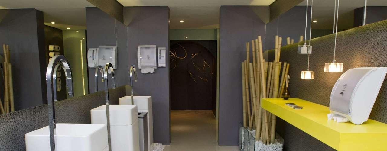 O banheiro Unissez Menos é Mais é fruto do trabalho dos arquitetos Jessica Ruy, Glessio Cagnoni e Juliana Carlini