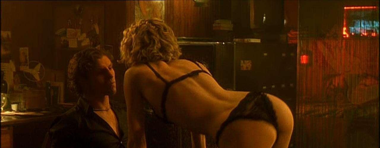Femme Fatale Aqui o paparazzi Nicolas (Antonio Bandeiras) é provocado por Laura (Rebecca Romjin-Stamos), que, sabendo estar sendo observada, faz um strip-tease para outro homem. A moça brinca com o lado voyeur do fotógrafo, que acaba se livrando do concorrente, e transa com Laura sobre uma mesa de sinuca