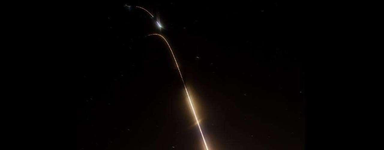 7 de junho - O lançamento do foguete sub-orbital Black Brant XII, no dia 5 de junho, foi registrado pela Nasa no Estado americano de Virgínia. O foguete carregou um experimento à altitude de quase 600 quilômetros sobre o Oceano Atlântico. O lançamento, visto na imagem em múltiplos estágios reunidos com a técnica time lapse, pôde ser visto a olho nu por observadores de outros Estados americanos. Com essa experiência, cientistas esperam estudar quando as primeiras estrelas e galáxias foram formadas