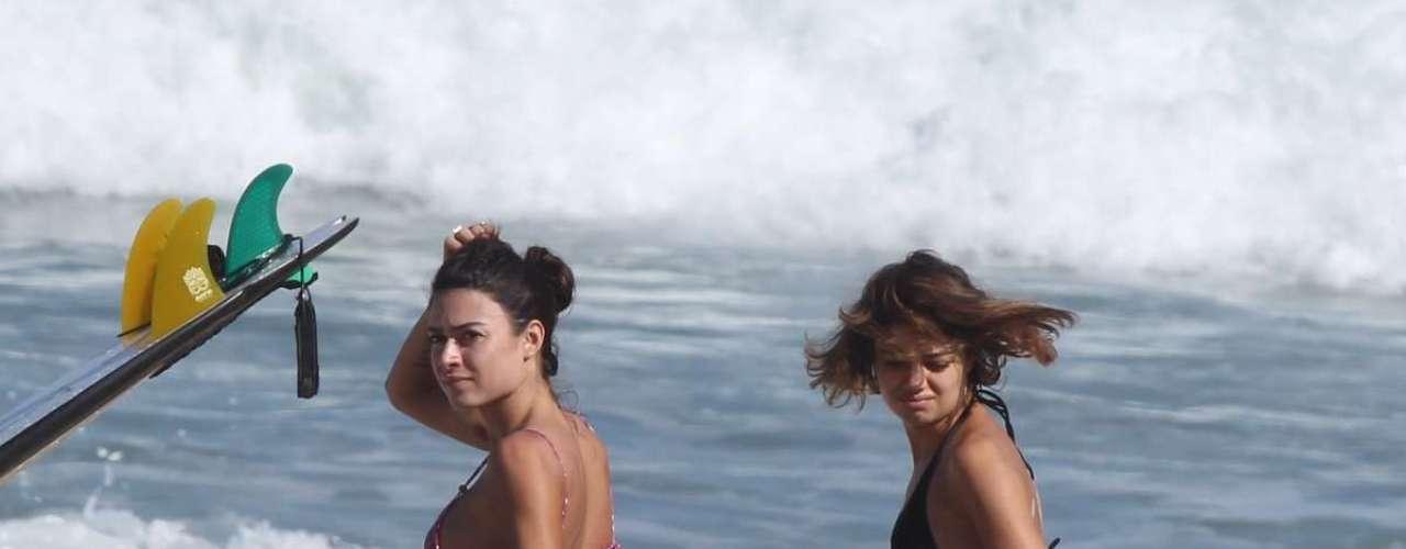 Junho 2013- Nesta segunda-feira (10), os três curtiram o dia ensolarado na Prainha, zona oeste do Rio de Janeiro, e Sophie chegou a se arriscar no surfe, com a ajuda de Vilhena