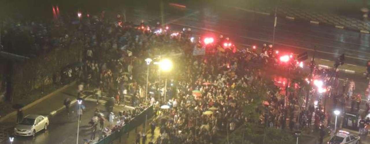 11 de junho - Manifestantes passam pela praça Roosevelt e entram no túnel de acesso à ligação Leste-Oeste