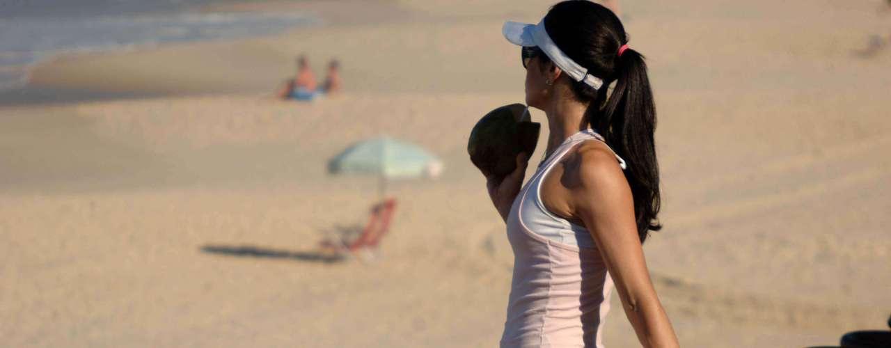 11 de junho Em manhã de calor na praia de Ipanema, zona sul do Rio de Janeiro, banhista aproveitou para se exercitar na orla