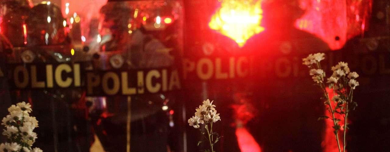 11 de junho - Manifestantes mostram flores para Tropa de Choque