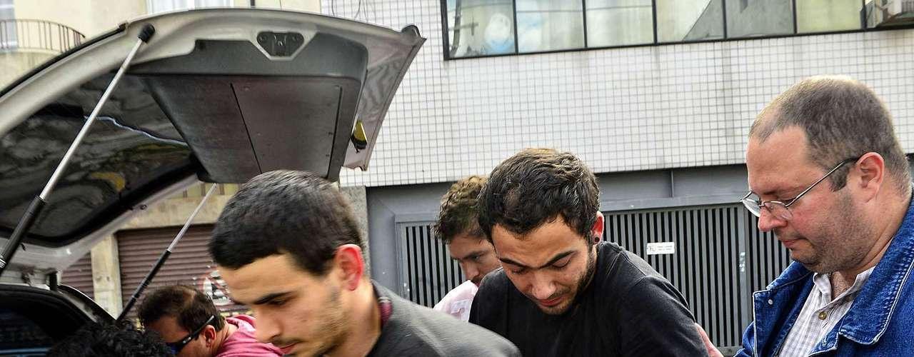 12 de junho Bruno Lourenço (esq.) e o estudante Rafael Pereira Medeiros, 20 anos, são levados ao CDP