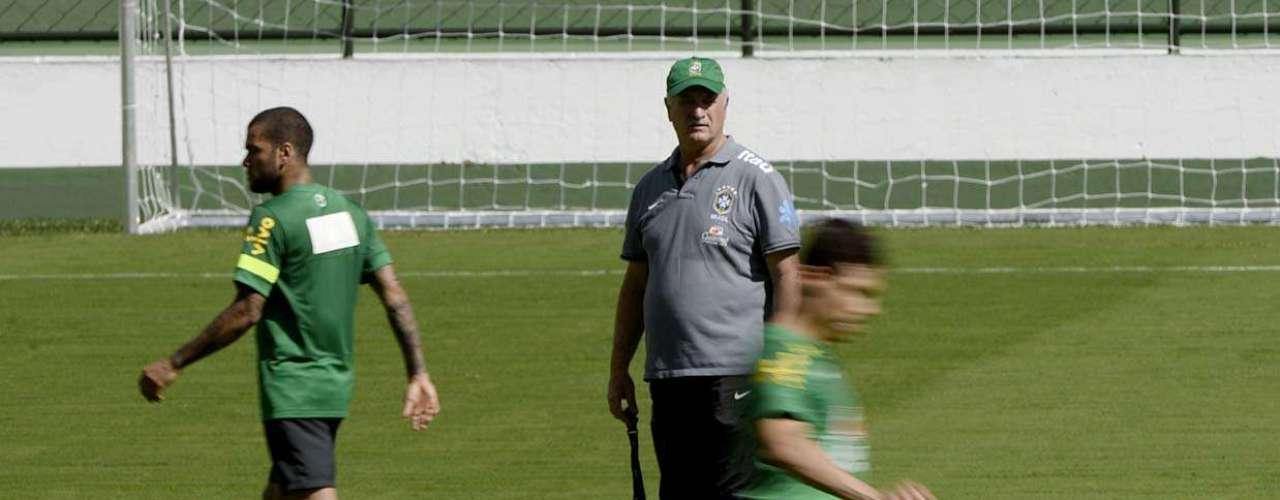 Scolari observa a movimentação dos jogadores durante treino de finalização
