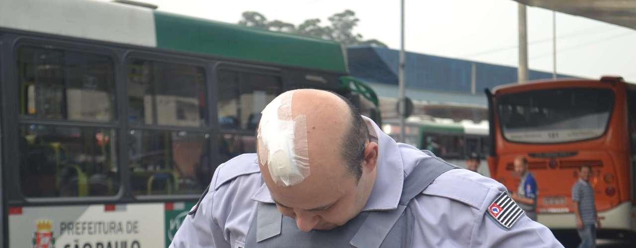 12 de junho - Policial militar Wanderlei Paulo Vignoli mostra ferimento causado por pedra arremessada na noite anterior por manifestantes em frente ao TJ-SP