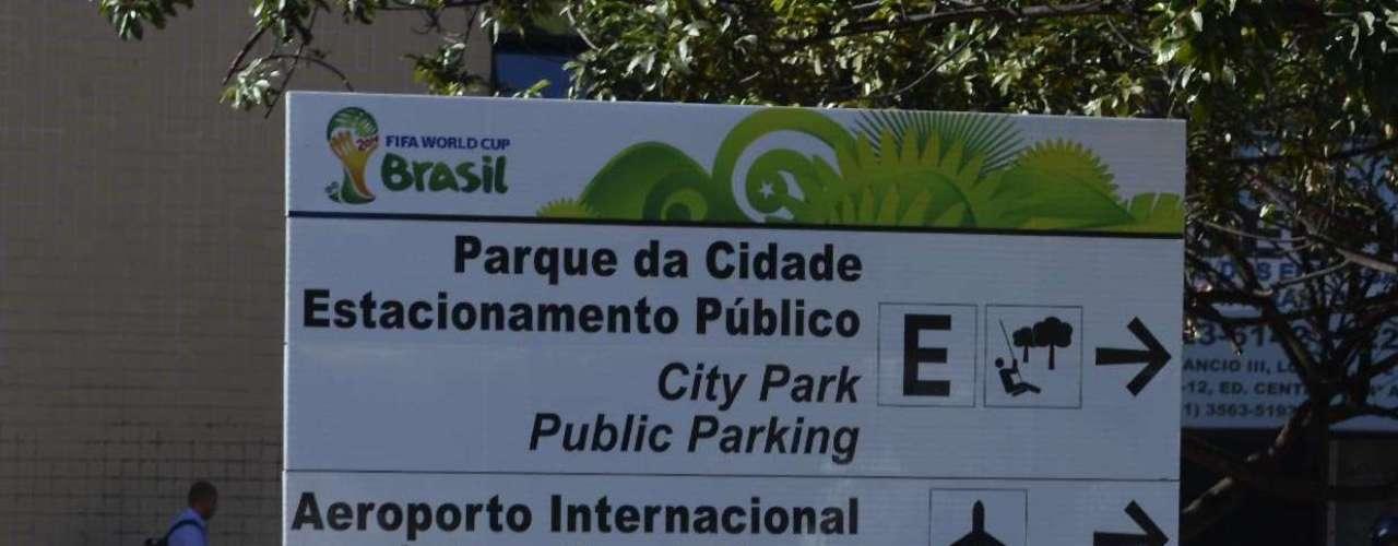 Na capital federal há placas em português e em inglês para orientar os turistas que forem a Brasília para Brasil x Japão