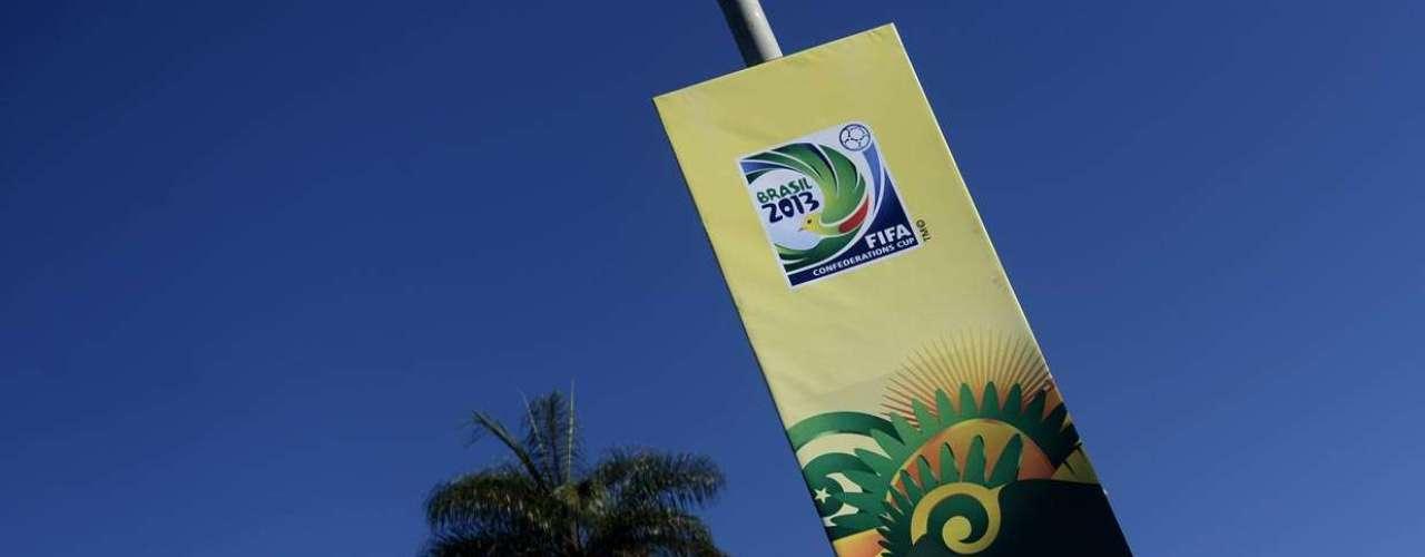 O logotipo da Copa das Confederações está espalhado pelas ruas de Brasília