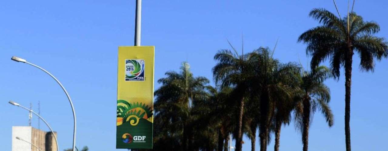 Caminho que leva a pontos de Brasília como o Esplanada dos Ministérios, o Palácio da Alvorada e o Congresso Nacional está repleto de banners das Confederações