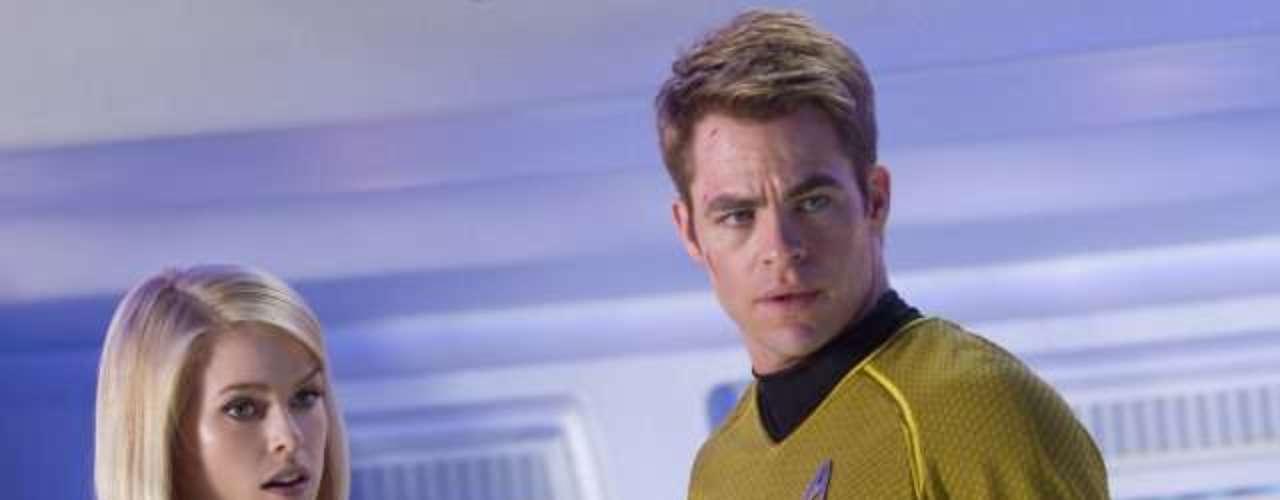 Chris Pine chega aos cinemas do Brasil nesta sexta-feira (14), com Além da Escuridão - Star Trek, mais uma vez como o personagem capitão Kirk.Na foto, Alice Eve eChris Pine