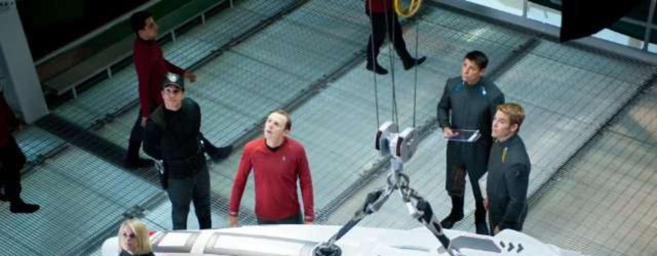 Chris Pine chega aos cinemas do Brasil nesta sexta-feira (14), com Além da Escuridão - Star Trek, mais uma vez como o personagem capitão Kirk.Na foto, Simon Pegg, Karl Urban, Alice Eve eChris Pine