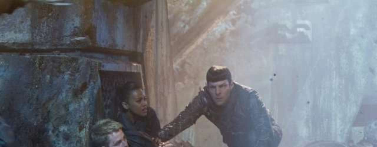 Chris Pine chega aos cinemas do Brasil nesta sexta-feira (14), com Além da Escuridão - Star Trek, mais uma vez como o personagem capitão Kirk.Na foto, Zachary Quinto, Zoe Saldana eChris Pine