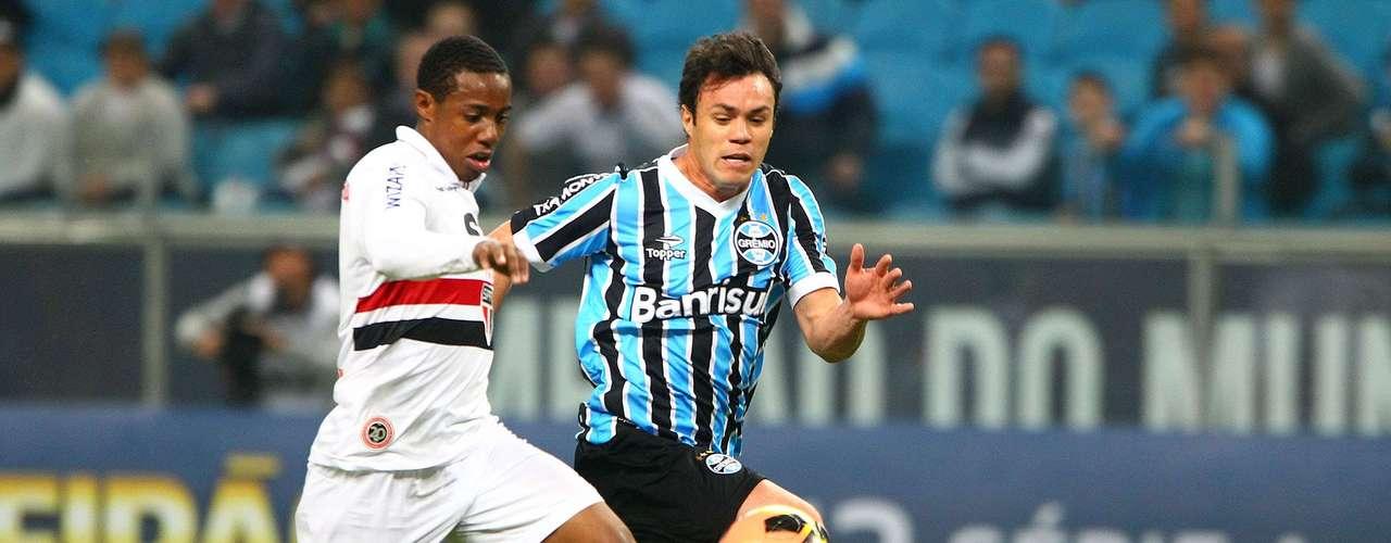 Wellington e Kleber disputam bola no confronto entre tricolores; o centroavante fez o gol de empate de Grêmio 1 x 1 São Paulo