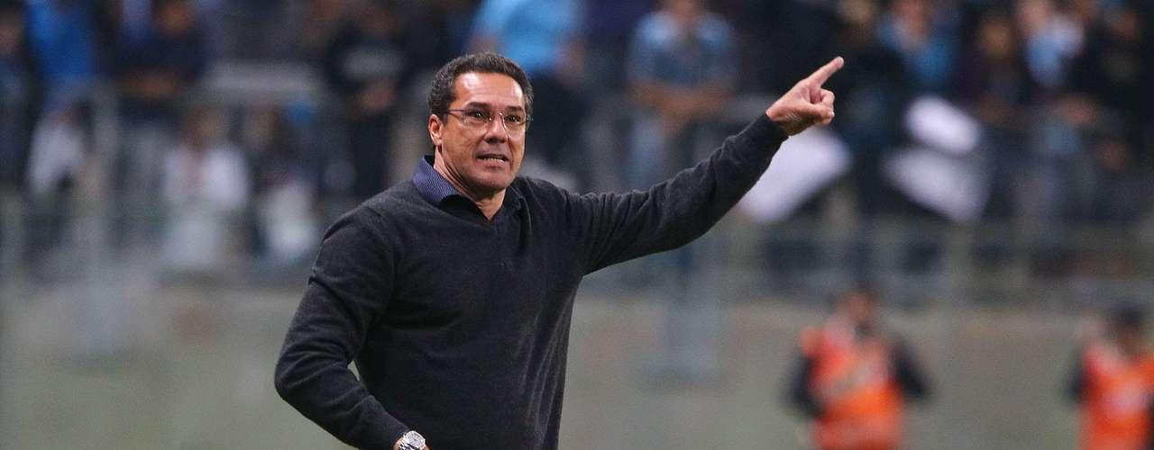 Vanderlei Luxemburgo comanda o Grêmio em partida contra o São Paulo