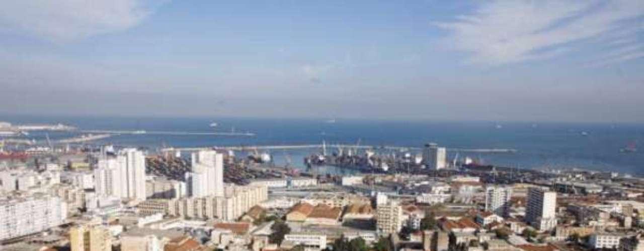 5° - Argel, Argélia - Capital e maior cidade da Argélia, Argel foi considerada pela EIU a quinta mais barata para viver no mundo. Se for visitar a cidade, vale a pena usar um veículo motorizado, pois lá um litro de gasolina custa US$ 0,28. A moeda corrente na Argélia, o Dinar argelino, vale US$ 0,01.