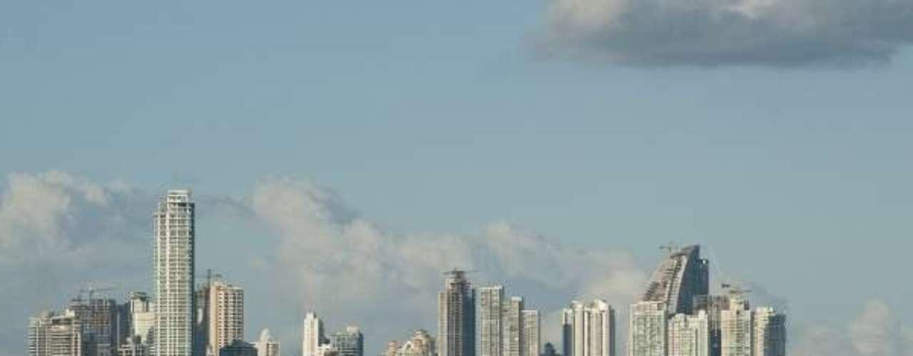 8° - Cidade do Panamá, Panamá - Situada no centro do país, na entrada para o Oceano Pacífico do Canal do Panamá, a Cidade do Panamá, além de ser a oitava cidade com menor custo de vida, também foi listada como uma das sete maravilhas do mundo moderno. A moeda local panamenha se chama balboa, em homenagem ao conquistador espanhol Vasco Núñez de Balboa, e é ancorada ao dólar, que tem curso legal no Panamá. A moeda norte-americana pode ser trocada por balboas a uma taxa de 1:1 no Panamá.