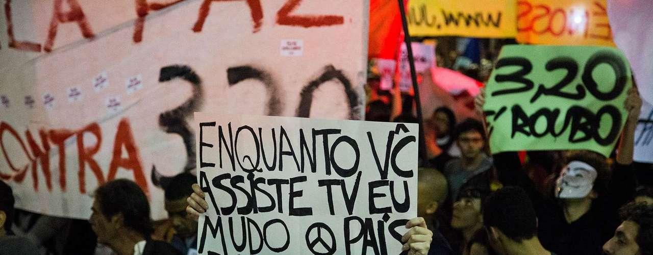 13 de junho - Manifestante protesta com cartaz no centro da cidade: \