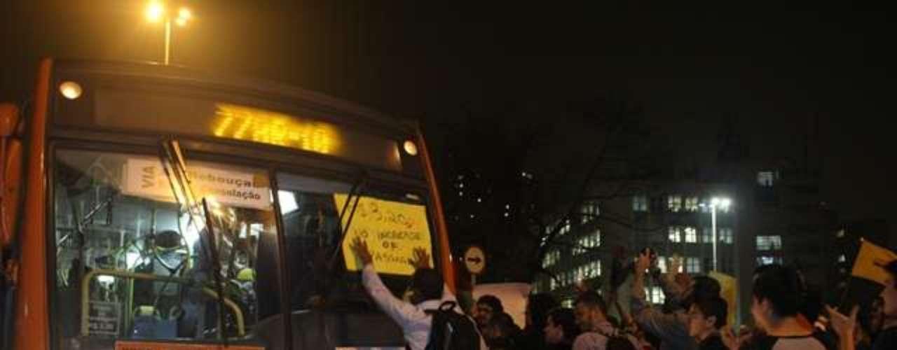 13 de junho - Manifestantes param ônibus durante protesto; milhares de pessoas foram às ruas no quarto dia de manifestações