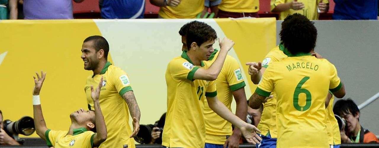 Jogadores comemoram o primeiro gol do campeonato