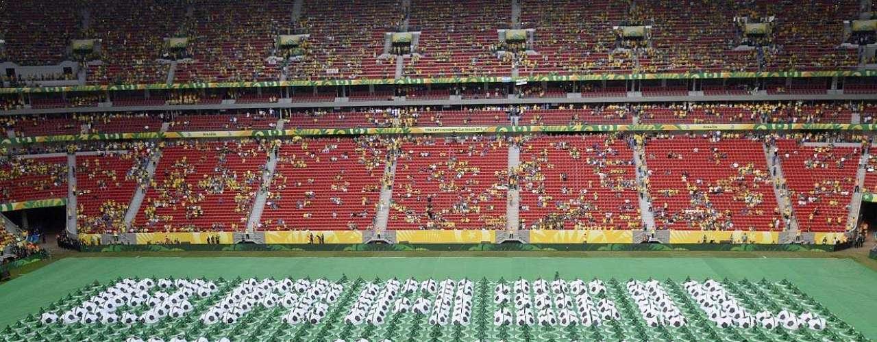 Mosaico no gramado do Estádio Nacional de Brasília marcou a inauguração da Copa das Confederações