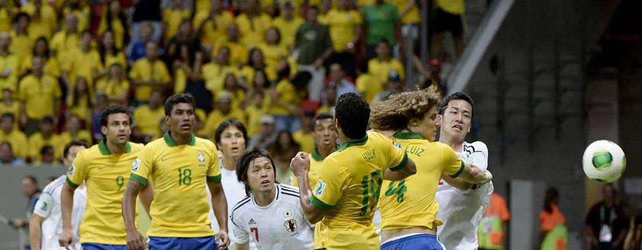 Hulk e André Luiz disputam bola na área, diante da barreira do time do Japão