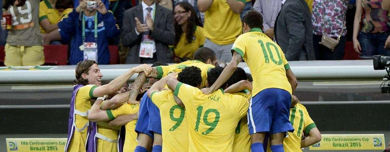 Seleção Brasileira celebra o segundo gol da partida, que aconteceu com apenas 2min do segundo tempo