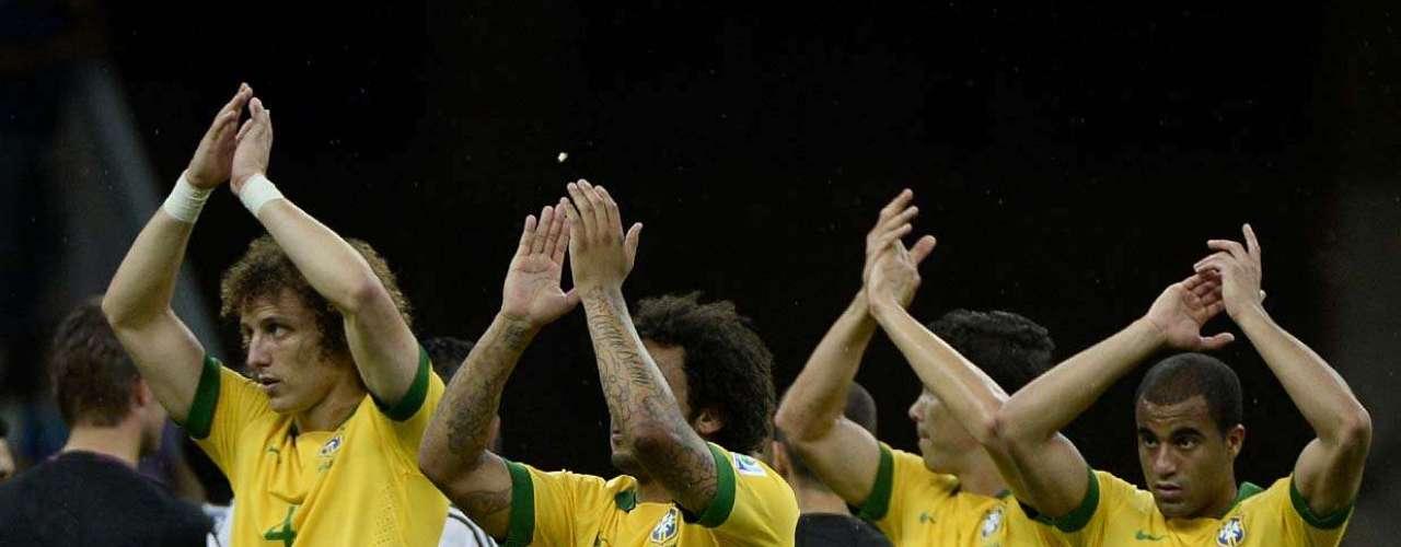 A Seleção Brasileira fez sua estreia com o pé direito na Copa das Confederações neste sábado, no Estádio Nacional Mané Garrincha, em Brasília; a equipe do Brasil venceupor 3 x 0