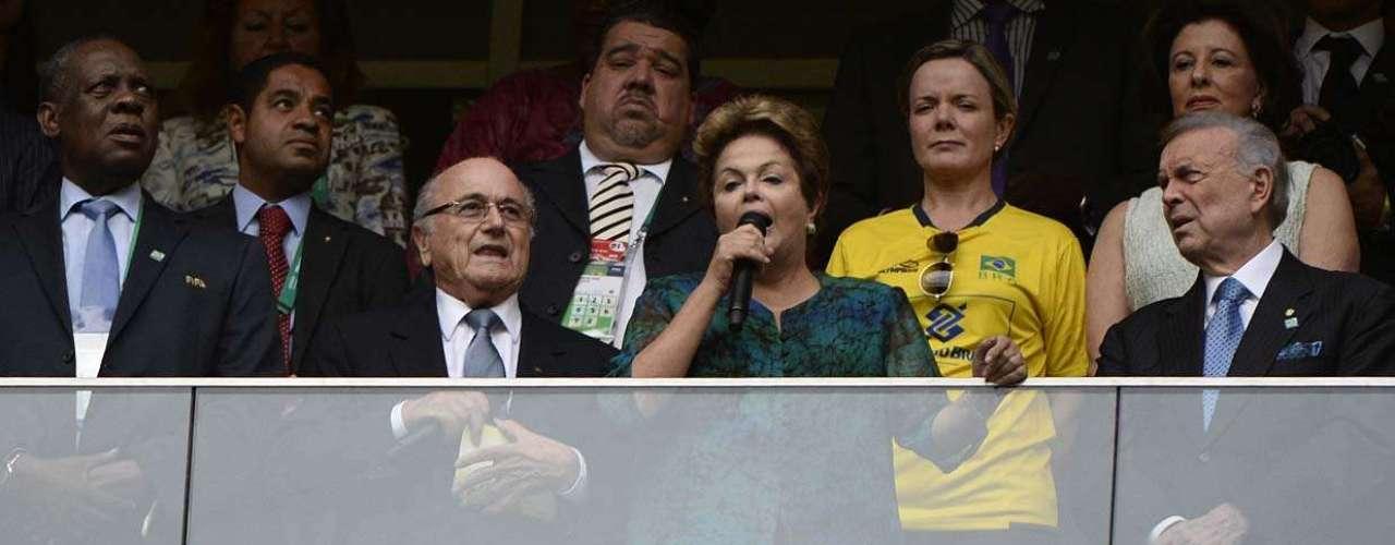 A presidente Dilma Rousseff e o presidente da Fifa, Joseph Blatter, foram vaiados antes do início da partida