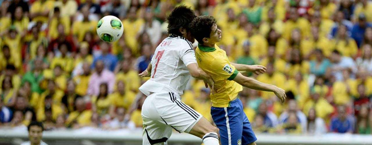 O meio-campista Oscar briga pela bola pelo alto