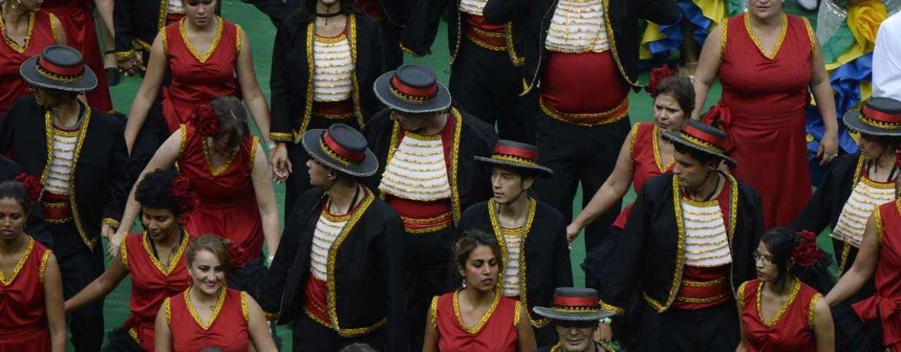 Com trajes típicos, os oito povos foram representados durante o cerimonial