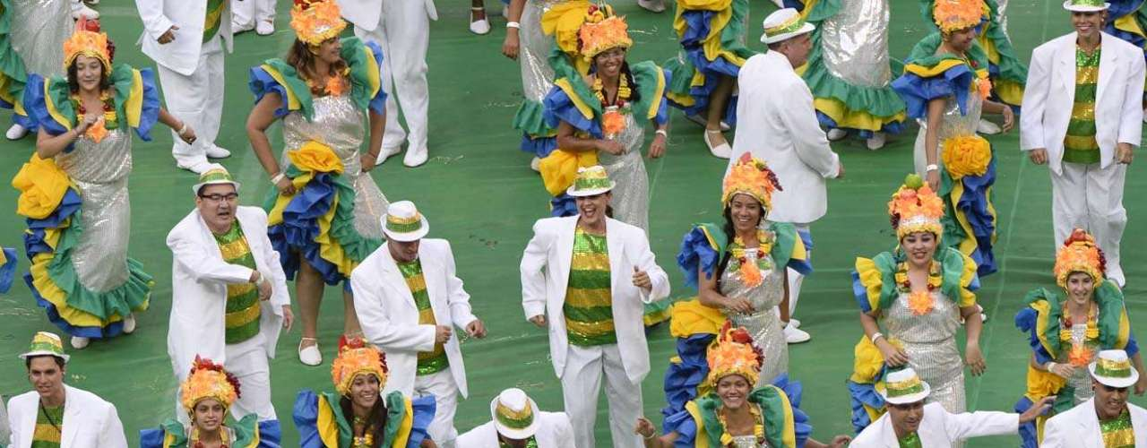 Bailarinos usam figurino inspirado nos ritmos brasileiros