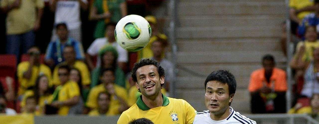 Fred dá risada enquanto Nagatomo busca a bola