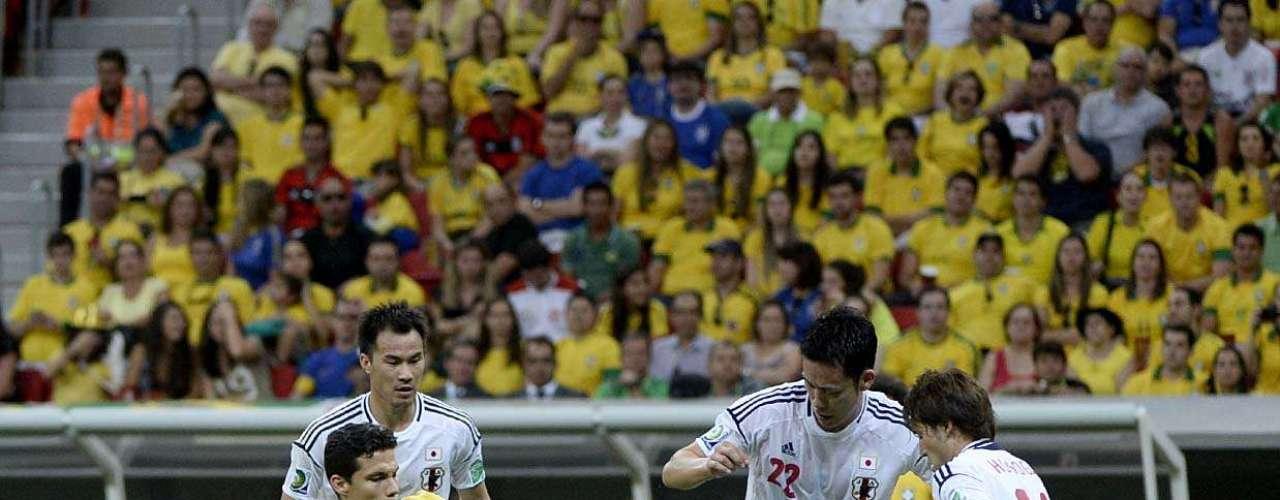 O meio-campista Hernanesé cercado por três integrantes da equipe do Japão