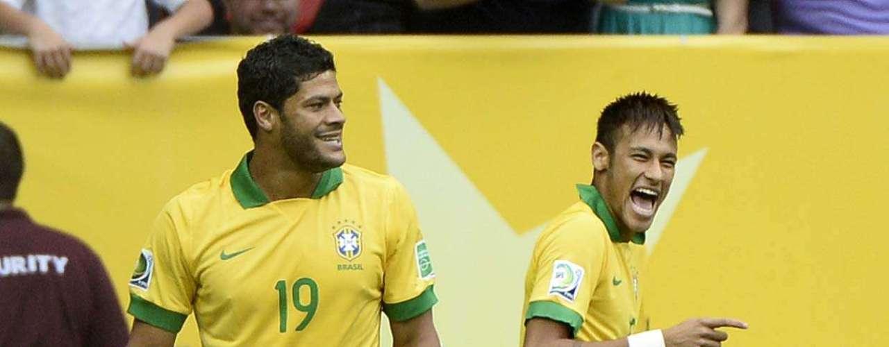 Hulk sorri para Neymar logo após primeiro gol
