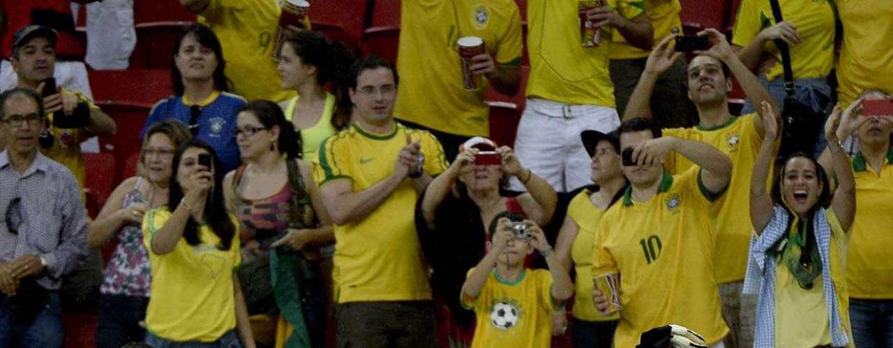 Equipe comemora com Jô, que finalizou o terceiro gol batendo no canto esquerdo
