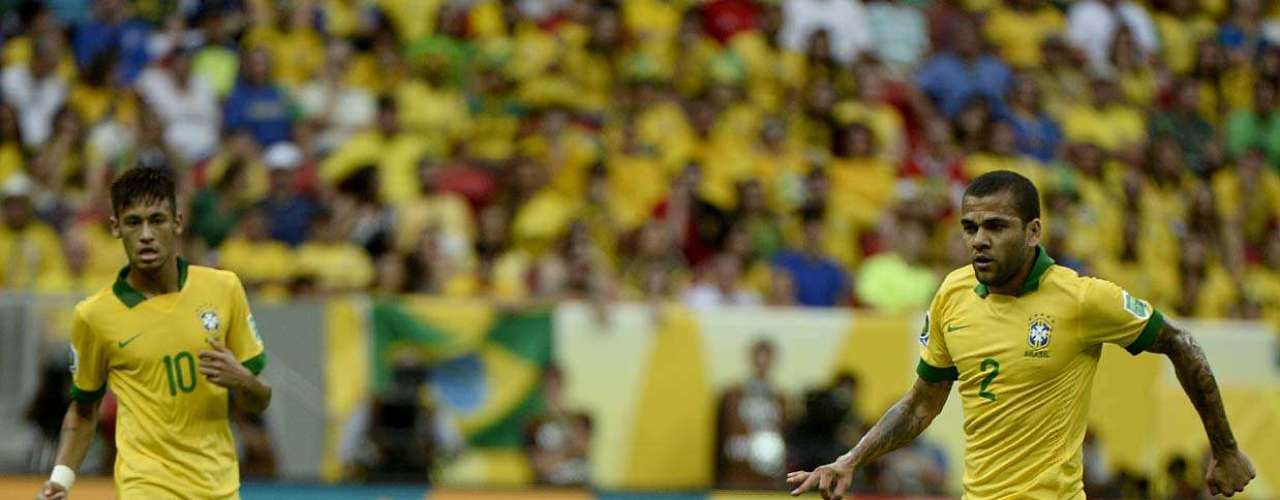 Daniel Alves entra na briga pela bola