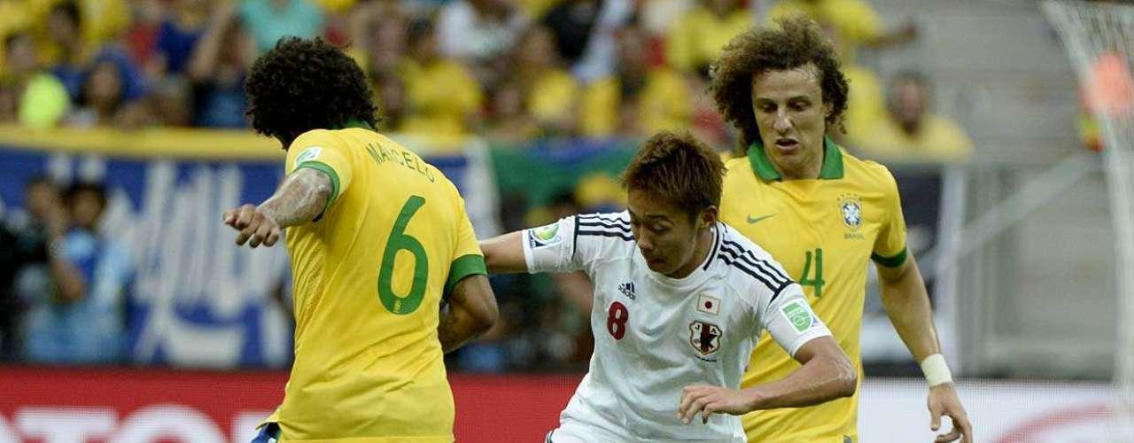 O meio-campista Kiyotake dribla o lateral esquerdoMarcelo