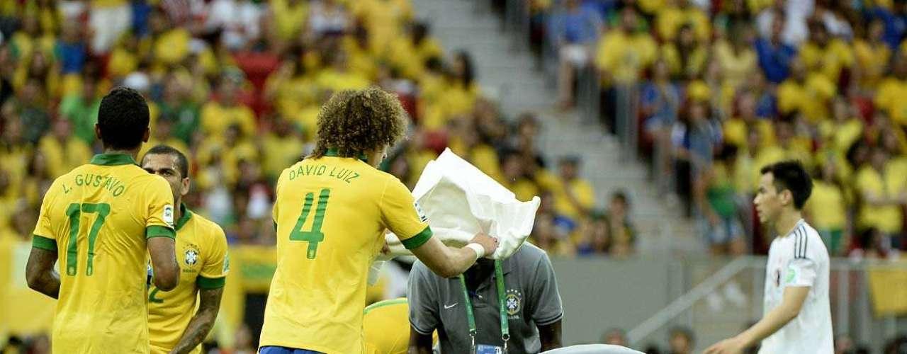 Deitado no campo, Marcelo é atendido pelo médico José Luiz Runco